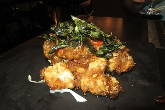 Noi Thai Cuisine: Crispy Garlic chicken with basil and red peppers