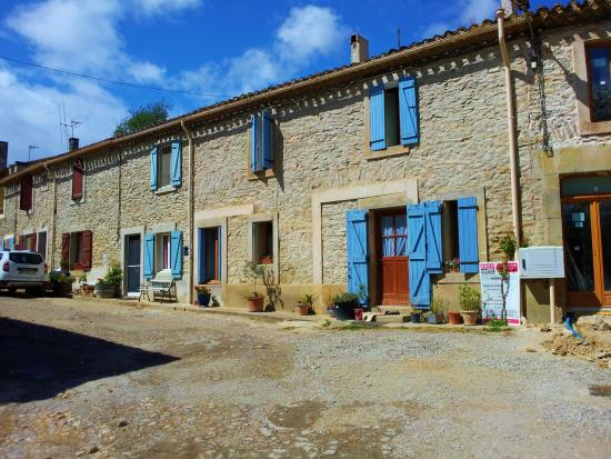Trebes, Francia: Old stone houses in the hamlet
