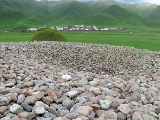 Issyk Kul Province, Kirgisistan: ямка на вершине горы , Наверно думали что под камнями что то есть