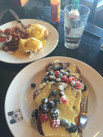 Kirkland, WA: Heavenly!!! Visiting Bellevue and had breakfast at the beach café on Lake Washington was gorgeou