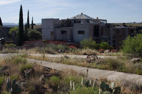 Mayer, Αριζόνα: Approaching the main building of Arcosanti