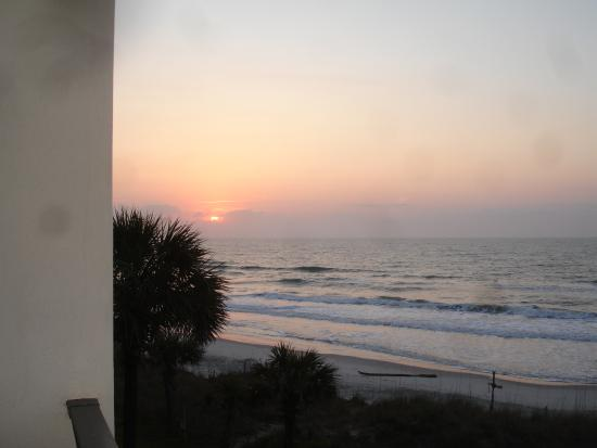 Oceanfront Litchfield Inn: Sunrise from our room in the Tower