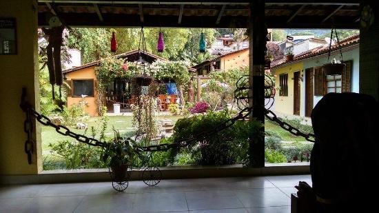 Pousada Cauca : Vista de dentro da pousada em frente o lugar das refeições e a direita os quartos