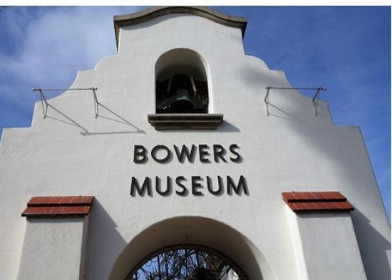 Bowers Museum of Cultural Art : Pintu gerbang Bowers Museum