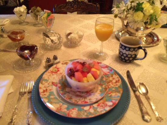 Bridges-Hall Manor: Beautifully set breakfast table.