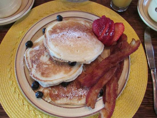 Holiday Guest House Bed & Breakfast : Blueberry Oancakes & Bacon