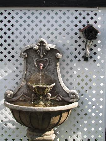 Holiday Guest House Bed & Breakfast : Garden Fountain