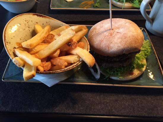 Hans Im Gluck: Burger mit Pfefferkruste und Pommes