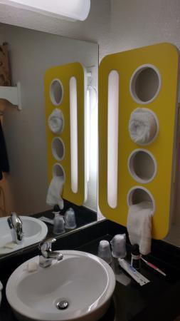 Motel 6 Denver West Wheat Ridge-North: sink and towel holder
