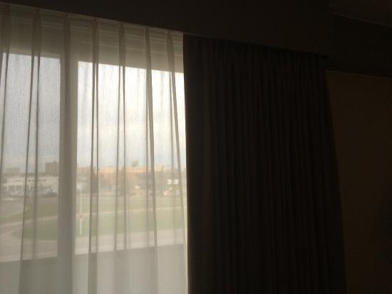 Ramada Edmonton South: Room darkening drapes.