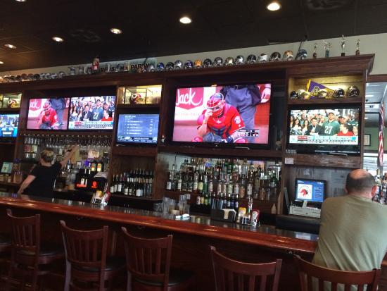 South Riding, VA: The long bar has lots of TVs!