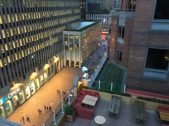 Sanctuary Hotel New York: View from covered rooftop bar to open area (closed at the time) and to 47th St