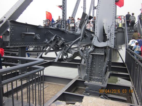 Dandong, الصين: Schaden an der Brücke