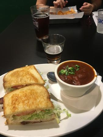 Roseville, Californië: The Bogger Turkey Sandwich and a Cup of Guinness Irish Stew.