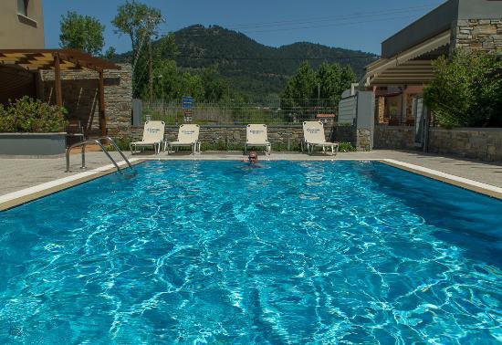 Mary's Residence Suites: Бассеин в отеле с видом на поселок из номера