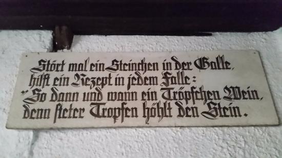Oestrich-Winkel, Alemania: Eine der zahlreichen Weißheiten, die den bewirtschafteten Hof schmücken.