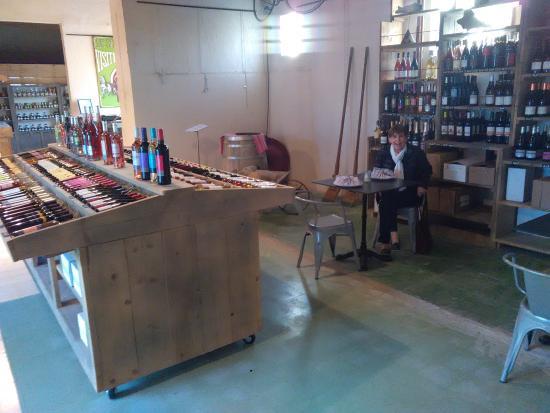 La Palme, فرنسا: au milieu de l'expo-vente de vins de pays, superbe
