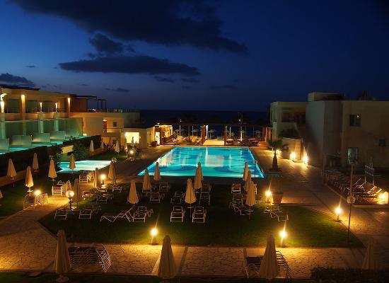 Minoa Palace Resort & Spa: la piscine de la plage la nuit