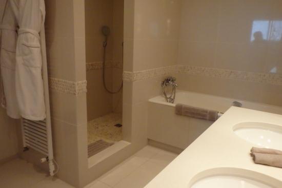 Immense salle de bain avec douche et baignoire - Picture of Anne de ...