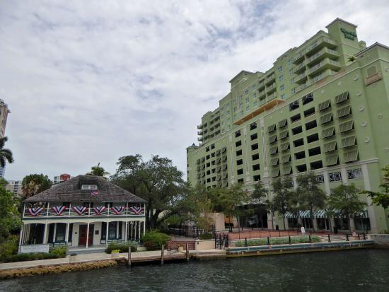 Carrie B Cruises : Riverside and Stranahan house near the docking place