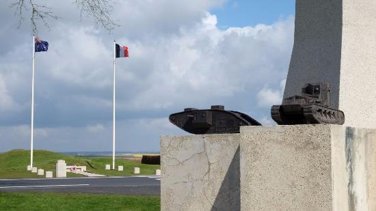 Pozieres, Frankrike: On the other side of the road: the Windmill Memorial