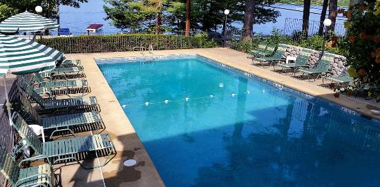 Birch Knoll Motel: Pool overlooking Paugus Bay, Lake Winnipesaukee