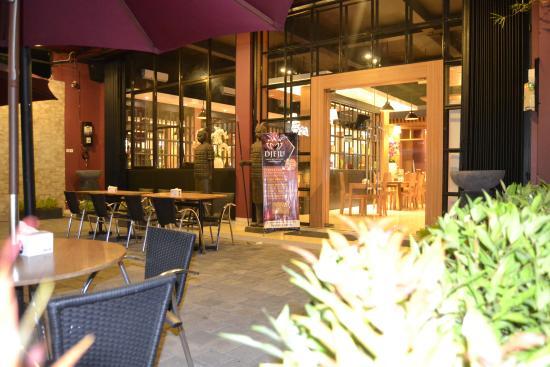 Maknyuss Corner, Resto & Cafe