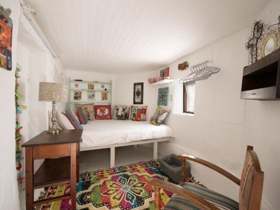 Stone Cottage: Oupa Jannie Family Unit ~Love Cave bedroom