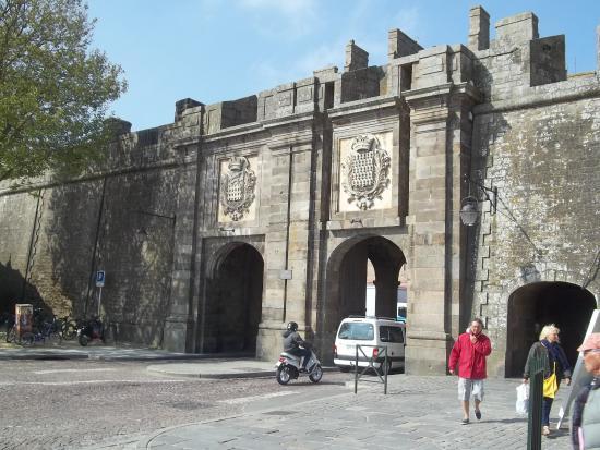 Porte entr e des remparts picture of les remparts de for Porte de garage saint malo