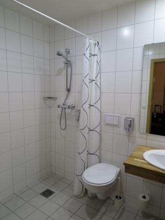 ห้องน้ำ ภายในห้องพัก ครับ สะอาด ครับ เรียบ ง่าย ครับ