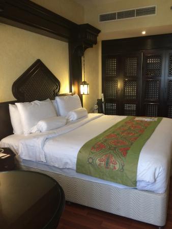 Arabian Courtyard Hotel & Spa: 6th floor Business suite bedroom