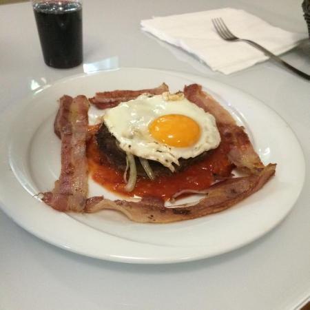 hamburger di angus americana uova ,bacon e salsa mexico