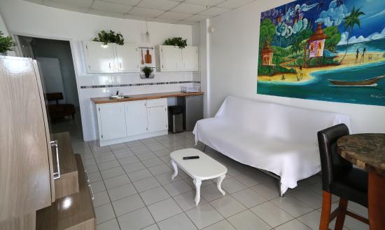 Kokomo Beach Suites: Kitchenette with pots, pans and utensils