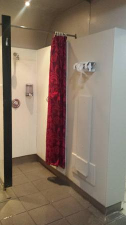 Handforth, UK: Cold shower area and drapes blow on you whilst showering