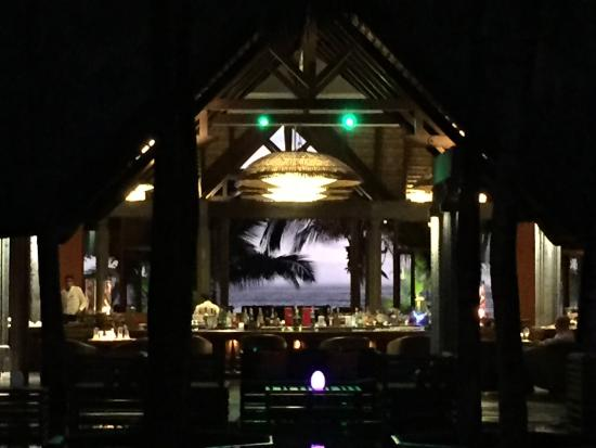 Beachcomber Dinarobin Hotel Golf & Spa: Blick von der Lobby durch die Bar aufs Meer