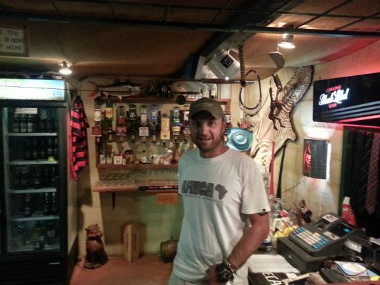 Addo, Sudáfrica: der Sohn der Besitzer vor der Bar