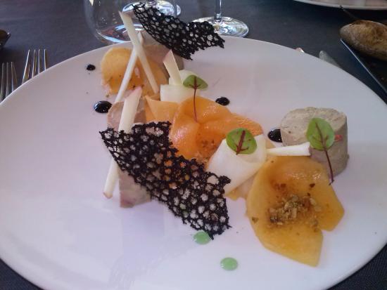 Clesse, Francja: Entrée: foie gras maison, melon, tuile encre de seiche, languettes de pommes.