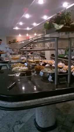 San Rafael Hotel: Desayuno que se sirve desde las 6.30 am