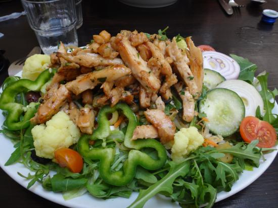 Birgu (Vittoriosa), Malta: Salade au poulet, délicieusement sauté et servi chaud