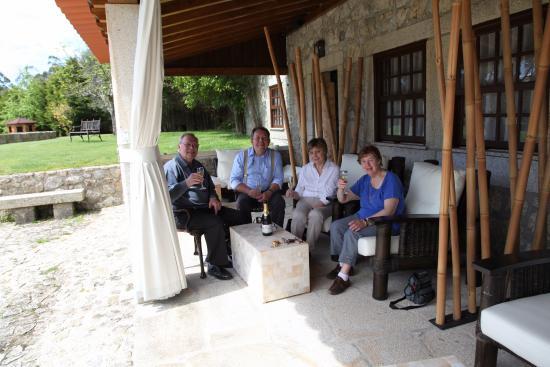 Cossourado, Portugal: Terrasse, champagne offert pour notre 51me anniversaire de mariage, en cie d'un couple client