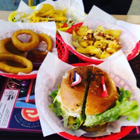 Aviano, Italien: Cheesburger, onion rings, fries and tacos