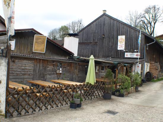 Oberhaching, Germany: Der kleine Biergarten vor dem Eingang
