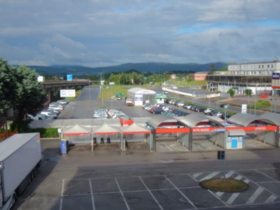 Corciano, Italien: Ampio parcheggio condiviso con lavamacchine