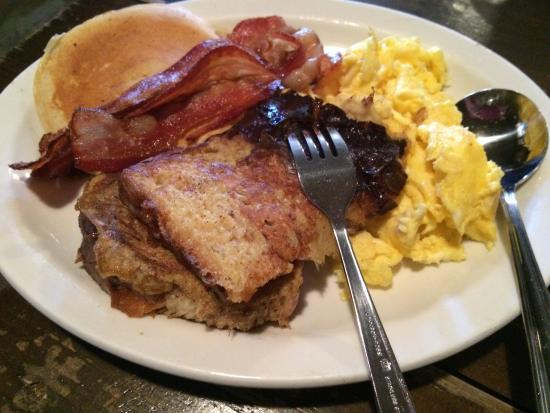 Rigaud, Canadá: Delicious breakfast with fluffy eggs, french toast, bacon and pancakes (Yikes!)