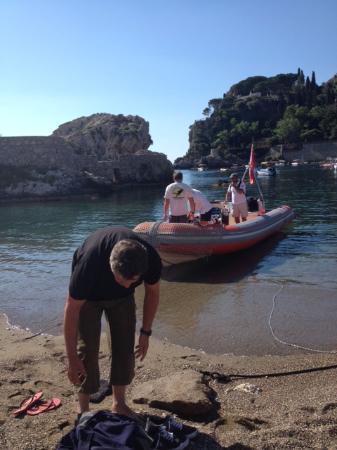 Diving Sicily: Vertrek vanaf het strand van Mazzaró