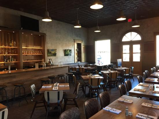 Smithville, TX: Great Place for family and friends! Neapolitan Pizza and Great Drinks!