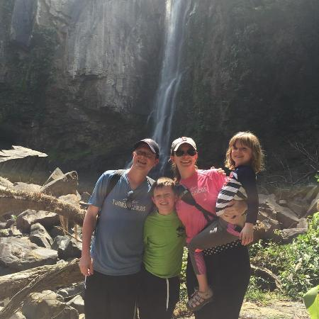 Dominical, Kosta Rika: The family in front of the waterfalls