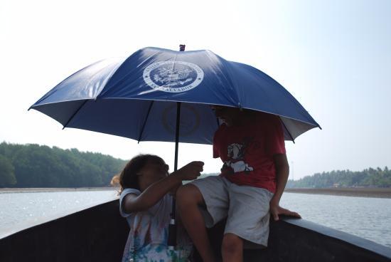 Barra de Santiago, El Salvador: Bring an an umbrella if you go on a boat ride