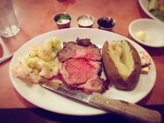 Эльк-Гроув, Калифорния: Our yummy dinner, warm bread, calamari, prime rib, brick house burger