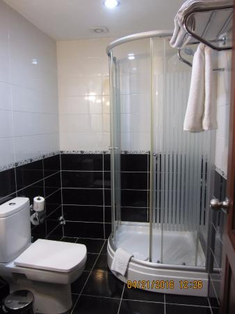 Basileus Hotel: Shower worked well with hot water and good water pressure